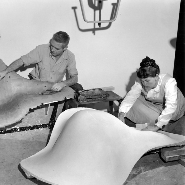 Frances Bishop, Robert Jacobsen and Ray Eames working on the mould for »La Chaise«, 1948 © Eames Office LLC