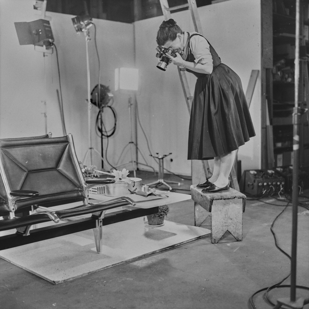 Ray Eames photographing the »Tandem Seating« at the Eames Studio, 23 October 1962, Eames Collection Vitra Design Museum © Eames Office LLC