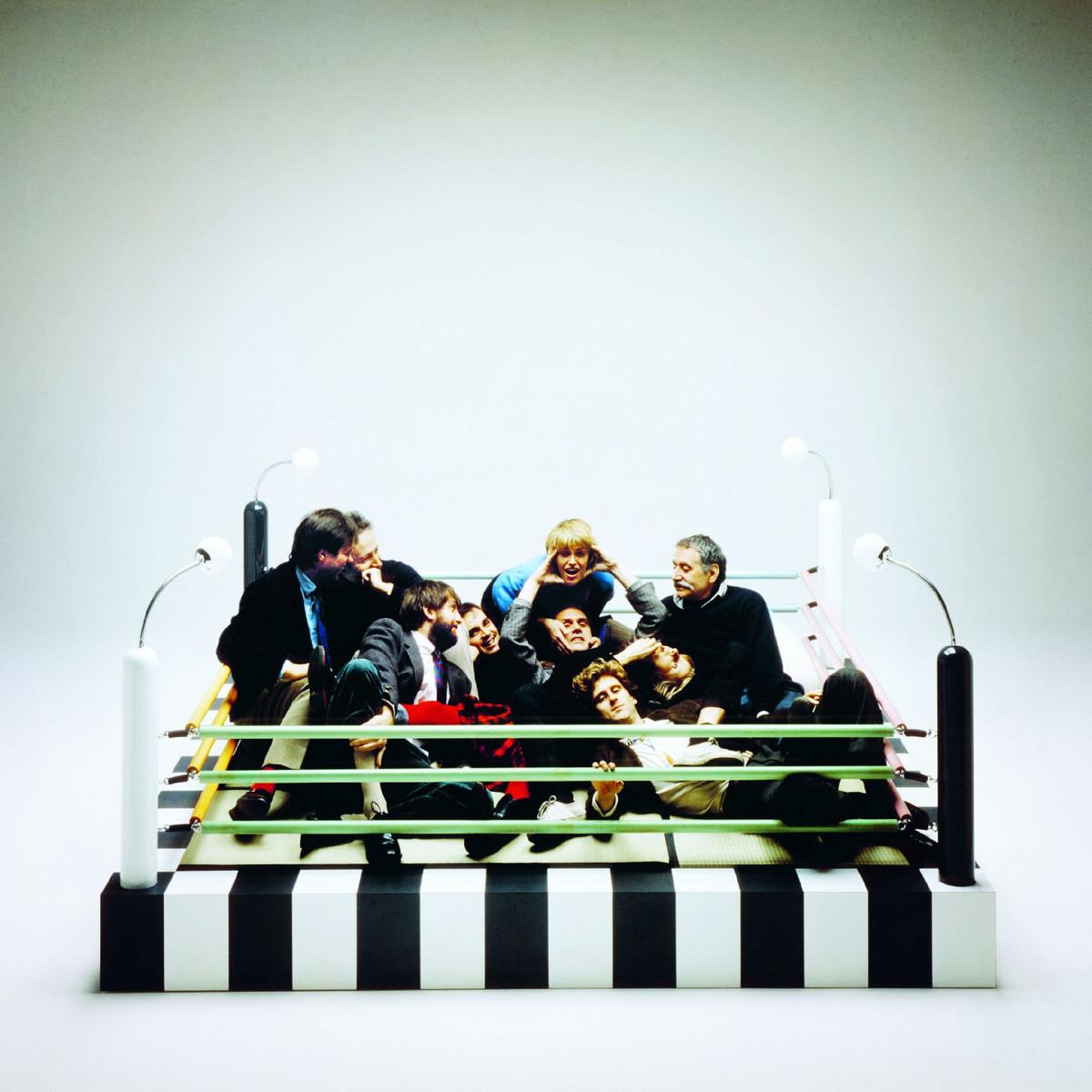 """Gruppenfoto mit Memphis-Mitgliedern auf dem Boxring-Bett """"Tawaraya"""" von Masanori Umeda, 1981"""