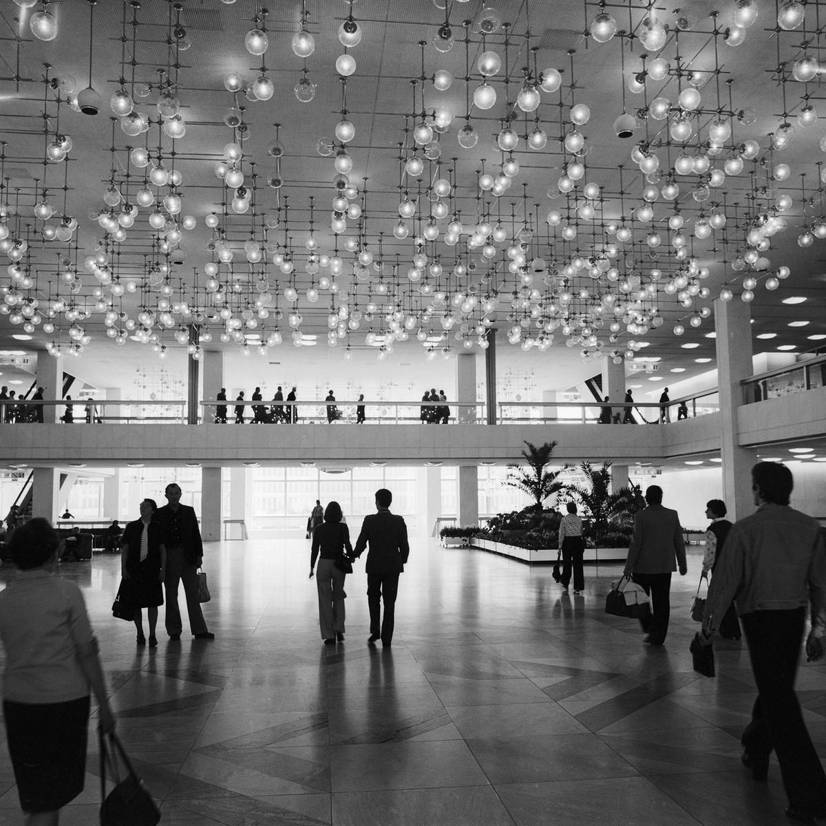 Foyer des Palasts der Republik, Berlin,  7. Juli 1977 (Architektur: Heinz Graffunder) © ddrbildarchiv.de / Manfred Uhlenhu