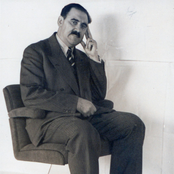 Anton Lorenz on a chair with a pillar made from glass (experiment), 1938/39 © Vitra Design Museum, Estate Anton Lorenz