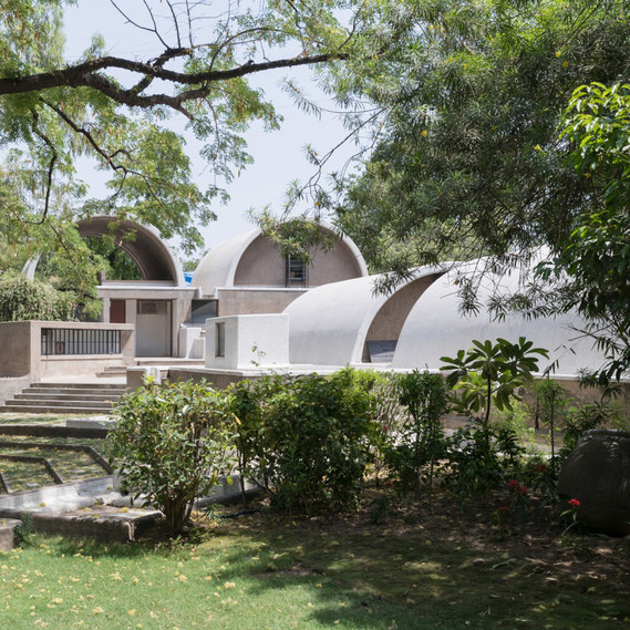 Exterior view of Doshi's architectural studio: »Sangath Architect's Studio«, Ahmedabad, 1980 © Iwan Baan 2018