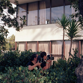 Lake Verea shooting the »VDL House« (1932) by Richard Neutra, Silverlake, California Paparazza Moderna series, 2011–2018 © Lake Verea