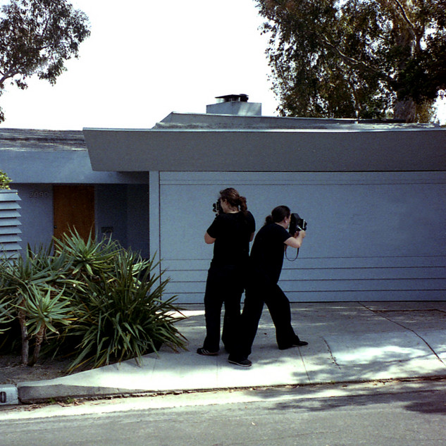 Lake Verea shooting the »Guy C. Wilson House« (1939) by R.M. Schindler, Silverlake, California Paparazza Moderna series, 2011–2018 © Lake Verea