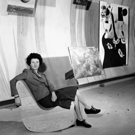 Peggy Guggenheim in her Art of This Century gallery seated on the Correalistic Rocker by Frederick Kiesler, October 1942 © picture alliance/ASSOCIATED PRESS, photo: Tom Fitzsimmons