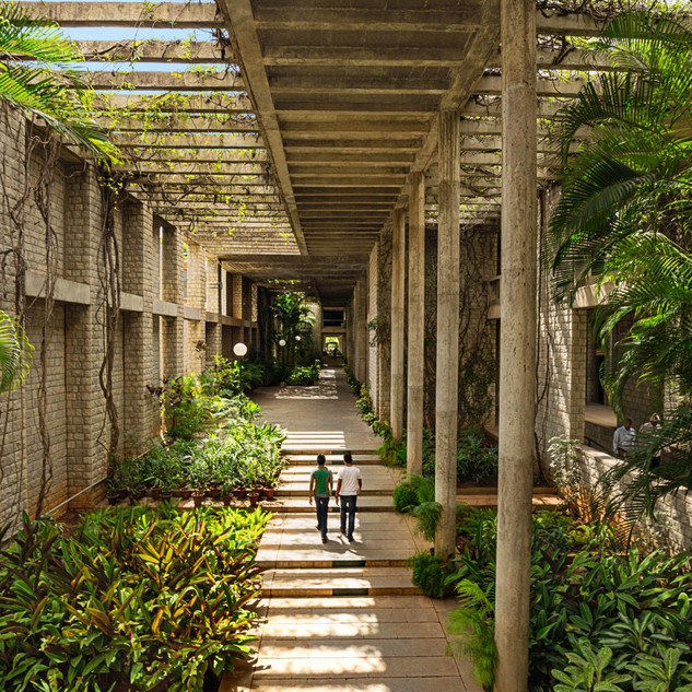 Einer der weitläufigen, lichtdurchfluteten Korridore des IMM: »Indian Institute of Management« (IIM), Bangalore, 1977-92 (Detail) © Courtesy of Vastushilpa Foundation, Ahmedabad, Foto: Vinay Panjwani – India