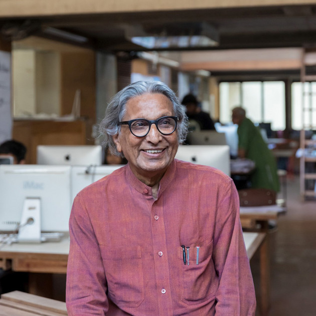 Balkrishna Doshi in his studio, »Sangath Architect's Studio«, Ahmedabad, 1980 (detail) © Iwan Baan 2018