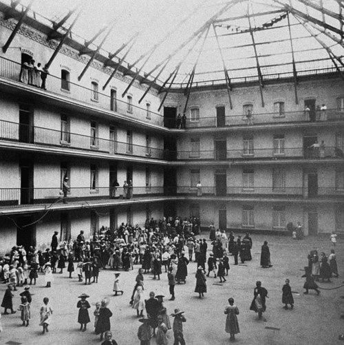 Familistère de Guise, schoolchildren in the courtyard of the central building, 1890 © Collection Familistère de Guise