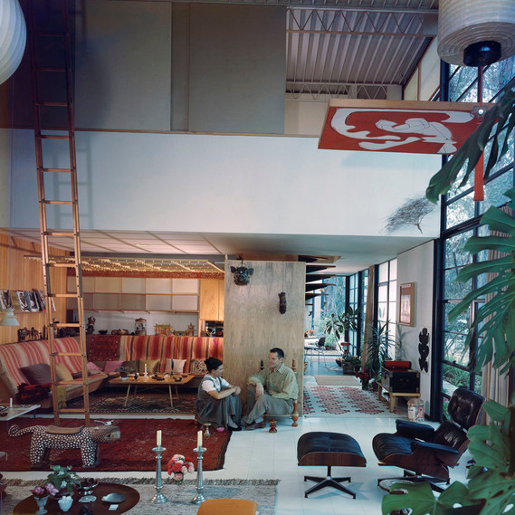 Charles and Ray in the living room of the Eames House, 1958 © J. Paul Getty Trust, Los Angeles, Photo: Julius Shulman