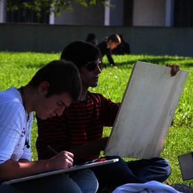 Zwei junge Männer zeichnen das Museum