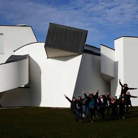 Schulklassen vor dem Museum