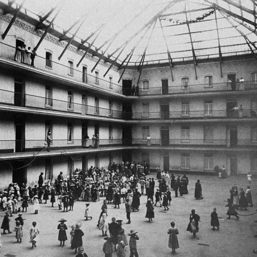 Familistère de Guise, schoolchildren in the courtyard of the central building, 1890 © Collection Familistère de Guise