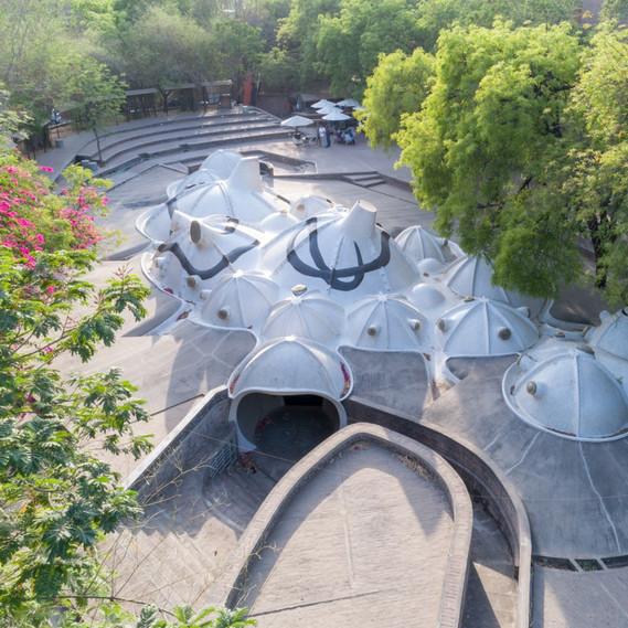 Exterior view of the underground art space that Doshi created with M.F. Husain: »Amdavad Ni Gufa«, Ahmedabad, 1994 © Iwan Baan 2018