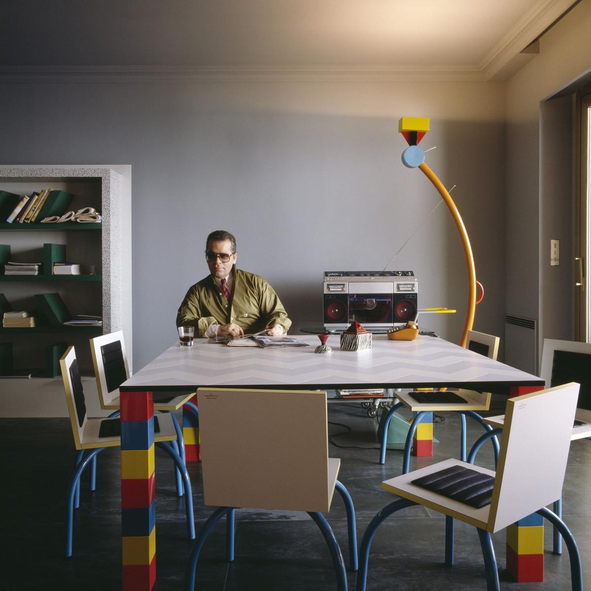 Karl Lagerfeld in seinem Apartment in Monte Carlo mit Memphis-Entwürfen, 1982 © Foto: Jacques Schumacher © VG Bild-Kunst, Bonn 2021 für Entwürfe von Ettore Sottsass