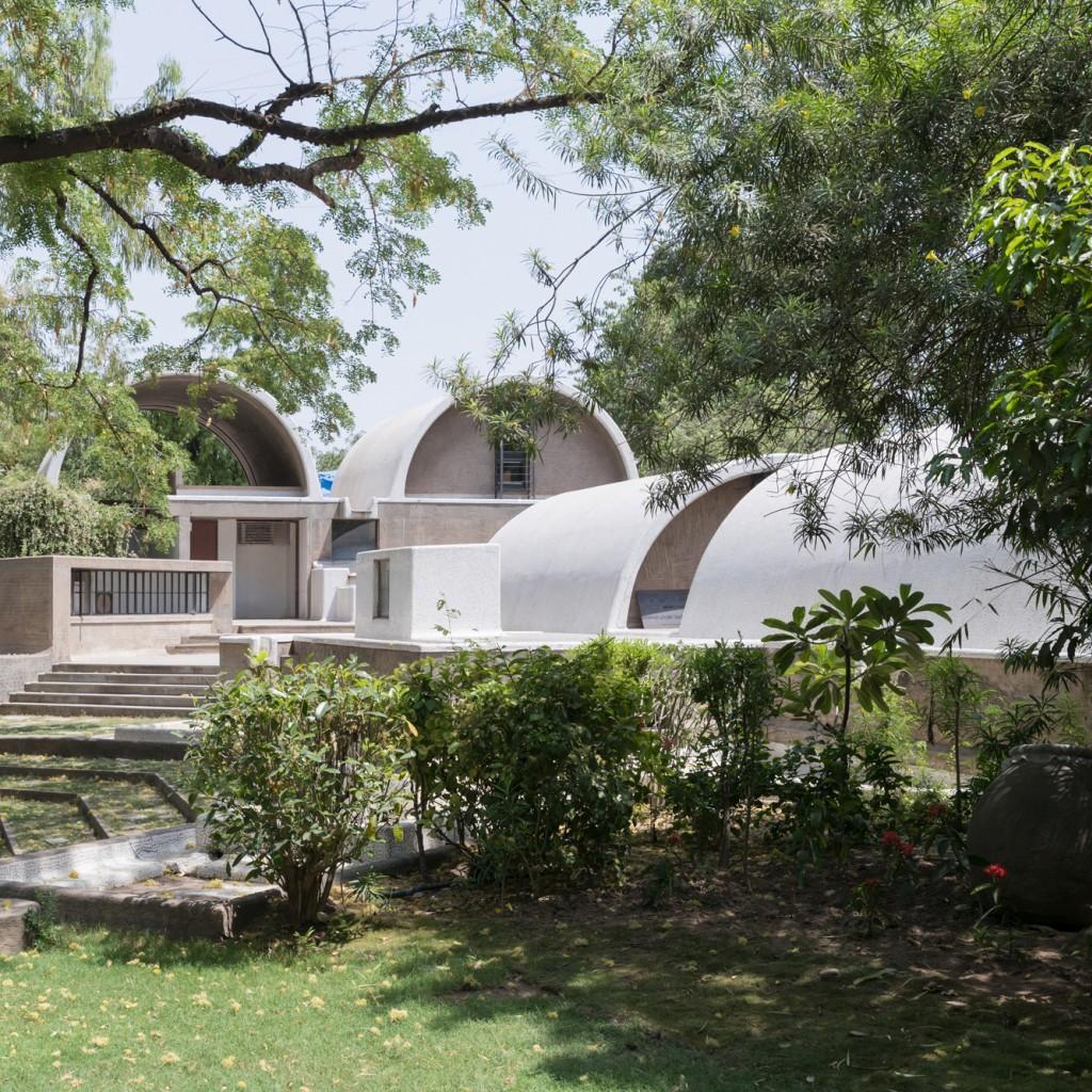 Blick vom Garten auf Doshis Bürogebäude: »Sangath Architect's Studio«, Ahmedabad, 1980 (Detail) © Iwan Baan 2018